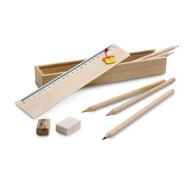 Baulet de madera con accesorios.