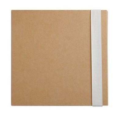 Libreta de papel reciclado con notas, bolígrafo y hojas